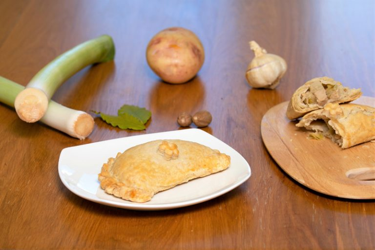 A chigan, leek and potato pasty with the ingredients